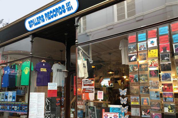 Y tu allan o Spillers Records, Caerdydd